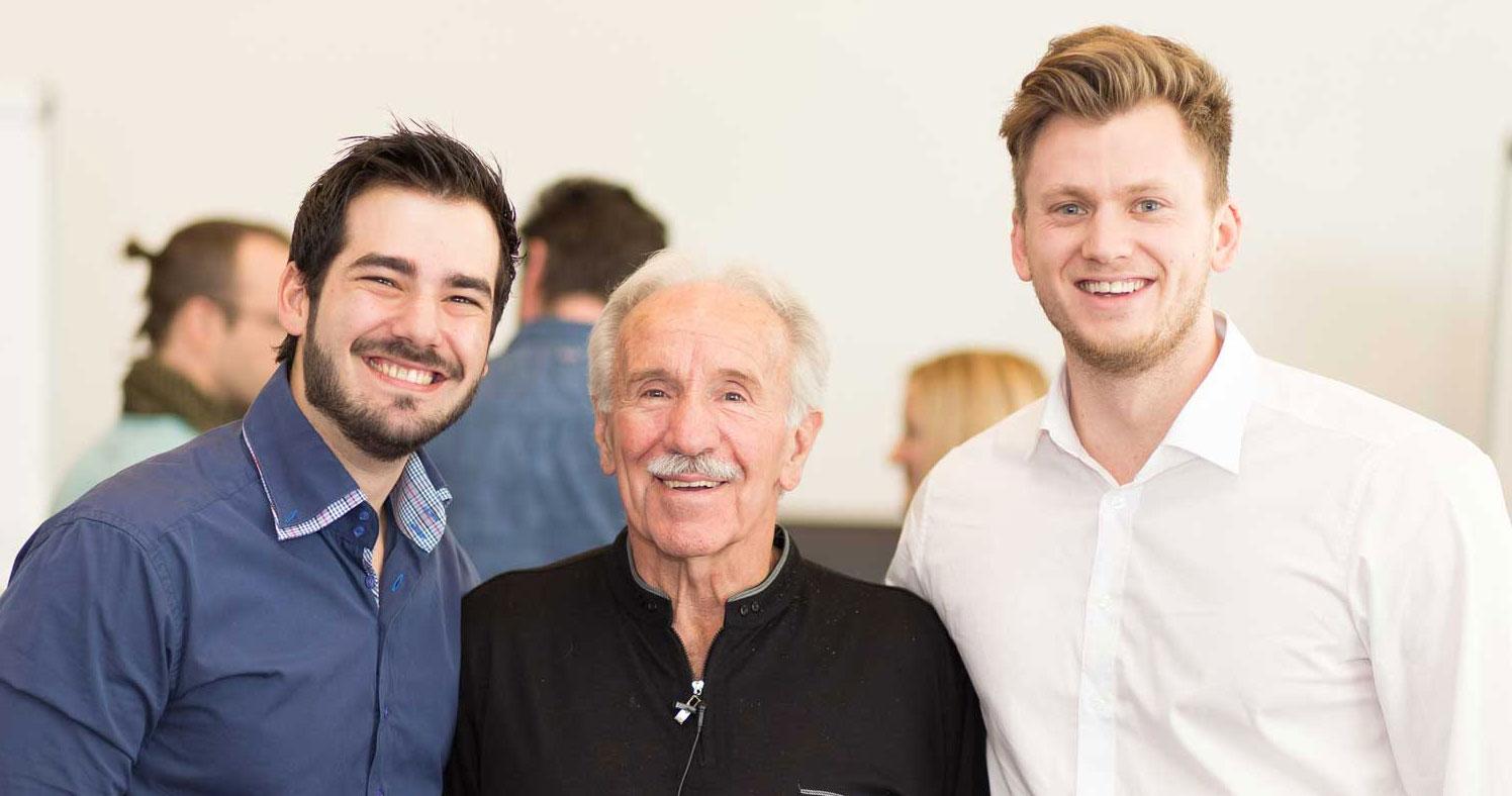 Patrik Shnawa, John Grinder und Mario Grabner bei dem gemeinsamen NewCode Seminar in Wien