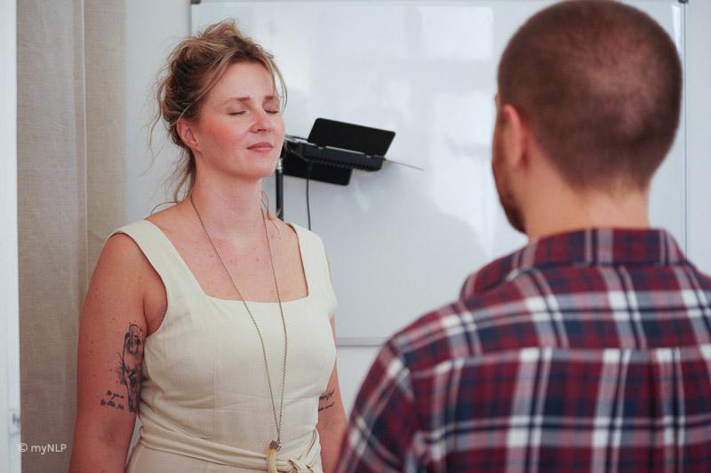Hier sieht man 2 Teilnehmer während einer Übung. Vertrauen und wertschätzender Umgang werden bei uns groß geschrieben.