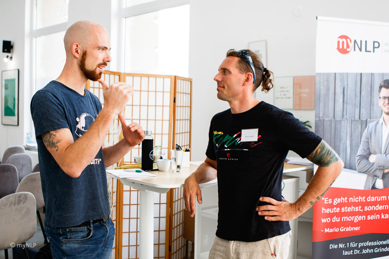 Auf diesem Bild kommunizieren 2 Teilnehmer miteinander. Oft entstehen wertvolle Beziehungen und Business Partner in unseren Ausbildungen.