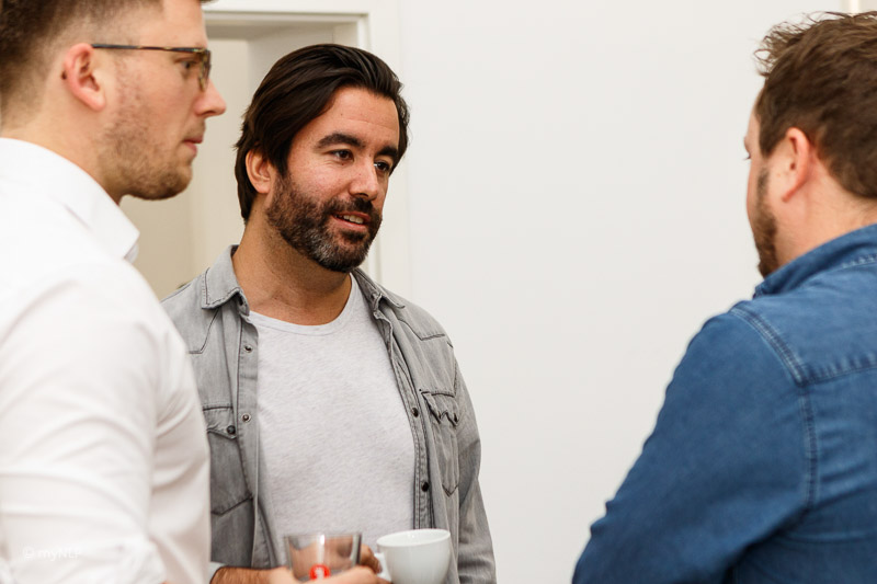 Teilnehmer finden bei einer gemeinsamen Tasse Kaffee Raum für gegenseitigen Austausch.
