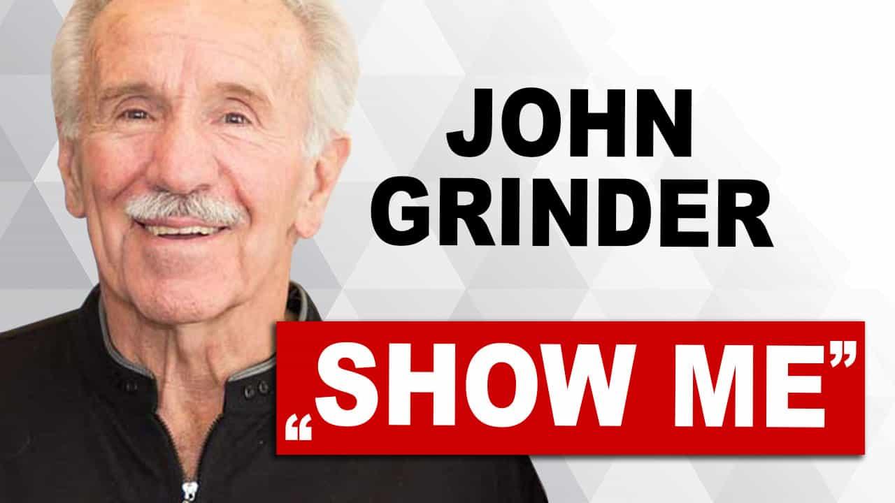 """John Grinder nebem dem Schriftzug """"Show me"""""""